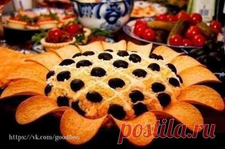 Салат Подсолнух на Новый год Ингредиенты: Куриная грудка — 300 г Шампиньоны — 300 г Яйца — 7 шт. Сыр — 150 г Маслины — полбанки, без косточек Чипсы — 1 шт. Майонез — 1 шт.