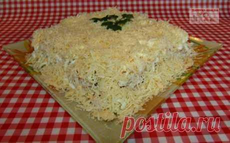 Слоеный салат с курицей, грибами и картофелем