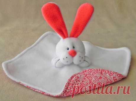 La liebre de Pascua. Los juguetes suaves por las manos.   los JUGUETES por las MANOS
