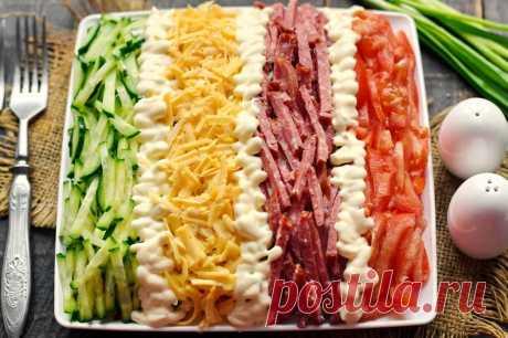 Салат Елисейские поля Салат Елисейские поля — очень яркое и аппетитное блюдо благодаря своему оригинальному декору. Салат выкладывается слоями на плоской тарелке, сверху он украшается небольшим количеством нарезанных компонентов, выложенные полосками. Такой салат станет настоящим украшением любого праздничного стола. При этом, он получается очень вкусным, точно понравится всем гостям.
