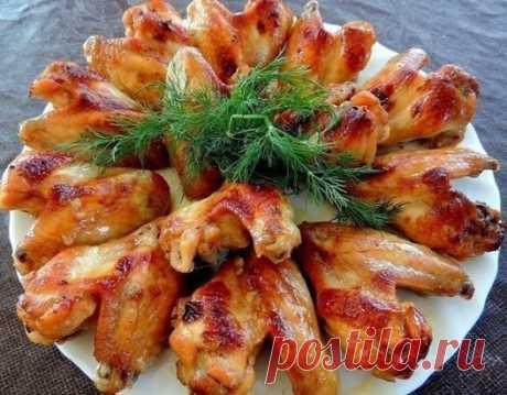 Куриные крылышки в медово-соевом соусе.  Ингредиенты:  1 кг куриных крылышек  2 ст. л. меда  4 ст. л. соевого соуса  2 ст ложки оливкового масла  1 ч. л. острого соуса Табаско  1 ст. л. хорошего кетчупа или томатной пасты  соль, специи  Приготовление:  Приготовить соус (смешать все ингредиенты).  Крылышки помыть, просушить и залить соусом.  Дать постоять в маринаде не меньше 2-х часов, можно оставить на ночь в холодильнике.  Форму для выпечки смазать маслом и выложить маринованные крылышки.  В