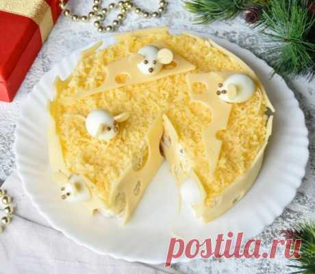 Новогоднее меню 2020 : салат «Мышкин рай» - белая крыса будет довольна, и гости оценят.  Ингредиенты: РЕКОМЕНДУЕМ ПОДПИСАТЬСЯ!  Ингредиенты: Филе куриной грудки- 300 граммов Ананас консервированный - 200 граммов Майонез - 100 граммов Сыр - 100 граммов Яйцо куриное – 2 шт. Яйцо перепелиное - 5 шт. Соль - 1 щепотка Смесь перцев молотых - 1 щепотка Чеснок - 1 зубчик Растительное масло - 1 ст.л. Кориандр - 15 зерен  Приготовление:  Подготавливаю необходимые продукты. Яйца пред...