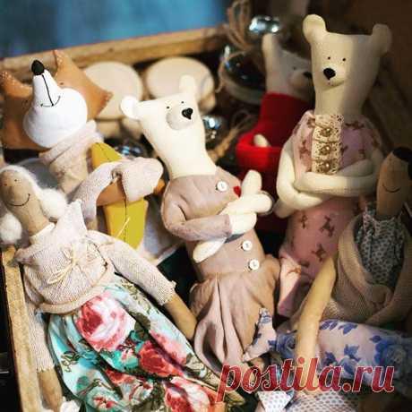 А у меня тут был целый чемодан игрушек и кукол😊🙈 Но он потихоньку заканчивается! Успейте забрать свою 🐻🐱 Приятно видеть результат своей работы☺️ А ведь когда-то это началось с простой арт терапии. Мне не хватало работы руками👐 А чем вы расслабляетесь после работы? . .  #myforestfriendss #mytealand #vermeers_girl #handmade #tilde #tildadoll #tilda #baby #whitebear #белыймедведь #бм дети #малыш  #ребенок  #игрушкиручнойработы  #куклыручнойработы #хвастаюсь #лесныежители...