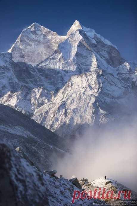 Непал, район Эвереста, вид на гору Кантега (6 782 м) с холма над поселком Фериче (4 371 м).