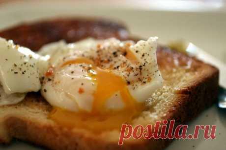 Гренки с яйцом-пашот по-английски  Ингредиенты:Хлеб — 2 кусочкаЯйцо — 2 штСливочное масло — для жаркиПерец, соль — по вкусу Рецепт приготовления гренок с яйцом-пашот по-английски:Сперва в куске клеба вырезаем круглое отверстие диаметр…