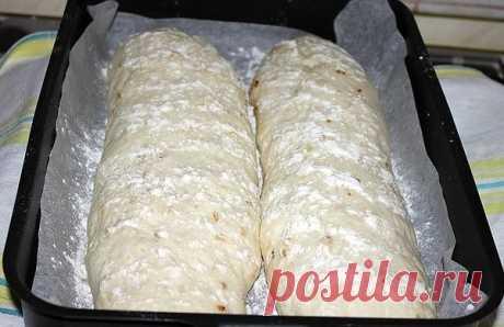 Чиабатта с луком   Чиабатта с луком — это восхитительно вкусный, нежный и воздушный итальянский хлеб, который легко можно приготовить в домашних условиях.   Ингредиенты:  Мука пшеничная — 550 гр. (450 гр. — в тесто, 100 гр. — в опару)  Вода теплая — 1 стакан + 100 мл. в опару  Сахар — 0,5 ст. л.  Дрожжи сухие — 5 гр.  Масло оливковое — 20-30 гр. + для обжарки лука  Соль — 3/4 ст. л.  Лук репчатый — 2-3 шт.   Приготовление:  Смешать в миске 100 гр. муки, 100 мл. теплой воды...