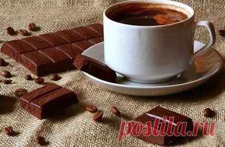 Шоколадный кофе Для приготовления необходимо: пол литра крепкого остывшего кофе; несколько долек любого шоколада; 2-3 ложечки сахара; 3 ложечки сливок; 10 грамм измельченной корицы. Шоколад растопить с помощью водяной бани, добавить все остальные составляющие, сливки рекомендуется наливать в конце. Напиток подается либо сразу после того, как его приготовили, либо ставится на некоторое время в холодильник и подается холодным. По вкусу кофе, приготовленный по такому рецепту, похож на капучино.