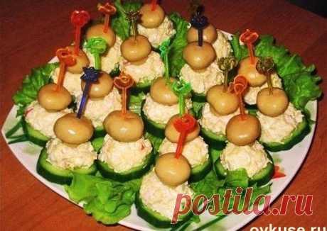 Готовимся к празднику — закуска на шпажках «Грибная полянка»   Красота!      Ингредиенты: маринованные грибыкрабовые палочкиогурцысыряйцомайонез Приготовление: Готовим салатную массу: измельчаем крабовые палочки, натираем сыр, мелко рубим яйцо, заправляем майо…
