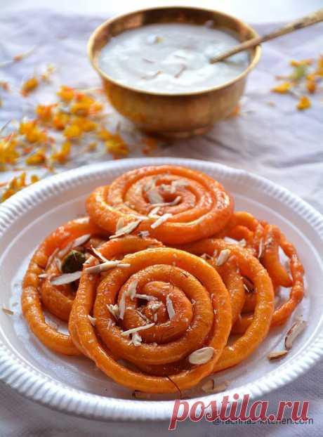 Джалеби. Это одна из самых популярных сладостей в Индии. Джалеби там готовят прямо на улице, практически на каждом углу, и сразу же продают. Сладкие хрустящие спиральки не оставят никого равнодушными, а особенно понравятся детям и сладкоежкам.