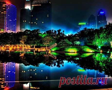 Удивительный вид ночного города, возле озера. Спокойной ночи и садких снов.