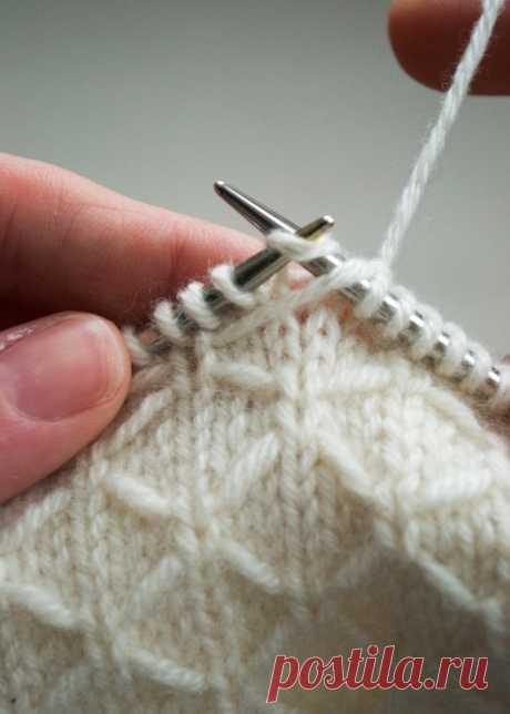Вяжем дизайнерский шарф Trellis от Purl soho Этот нежный шарф, выполненный сетчатым патентным узором, связан из практически невесомого, но очень теплого 100% кашемира Zageo из 6 нитей от Jade Sapphire. Материалы 4 мотка кашемировой пряжи Zageo в 6 нитей от Jade Sapphire's (100 % монгольский кашемир), также Вы можете использовать пряжу Мамбо (100 % мериносовая шерсть). Круговые или прямые спицы №5. Плотность вязания 24 петли = 10 см вязаного полотна Размер В готовом виде: ш...