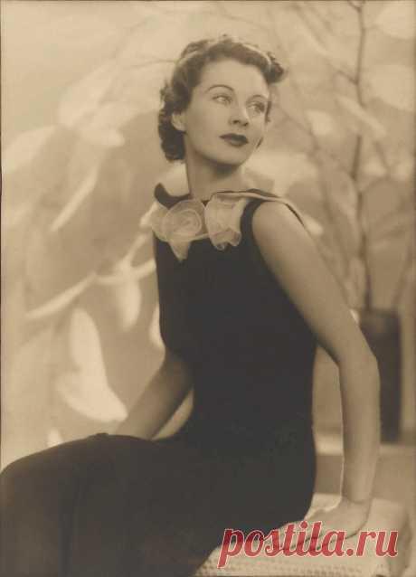 """Мир Искусства Елены Грислис          Вивьен Ли была великой английской актрисой. Она прожила всего 53 года. Из них 30 лет были отданы профессии. Вивьен Ли обладала не только незаурядным талантом, но и необычайной красотой. Режиссер Орсон Уэллс как-то сказал о ней, что раз в поколение появляется такая женщина, от которой не может отвести взгляд целый континент. Есть фильм... знаменитая одноименная экранизация романа Маргарет Митчел """"Унесенные ветром"""", где..."""