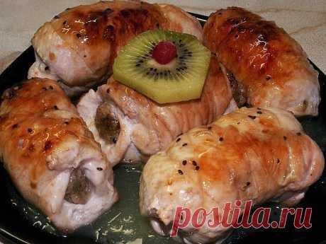 Куриные рулетики, фаршированные яйцом, сыром и зеленью  Ингредиенты и приготовление:  Отбивается куриное филе (в данном случае красное куриное мясо), немного солим.  В отбивные заворачиваем подготовленную начинку - натертые на крупной тёрке следующие ингредиенты - сыр (я брала Голландский, твердый) и два вареных яйца, сюда же добавляем зелень (петрушку, укроп), жидкий плавленый сыр чтоб начинку получше закрепить между собой.  Заворачиваем в рулетики, укладываем в форму для...