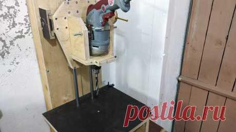 Очень точная сверлильная стойка под дрель своими руками Сверлильные стойки под дрель даже в заводском исполнении очень далеки от идеала, так как сверло в них сложно выставить строго по вертикали. Если нужна предельная точность, лучше сделать стойку самостоятельно.Материалы:фанера 20 мм;линейные направляющие с подшипниками – 2 шт.;талреп;трос в оболочке