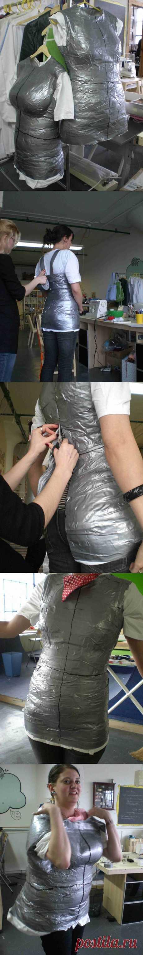 На подходящее тело одевается футболка и тело в футболке оклеивается скотчем. Затем разрезаем, снимаем и склеиваем.  Как сделать манекен / Материалы, техники и инструменты /