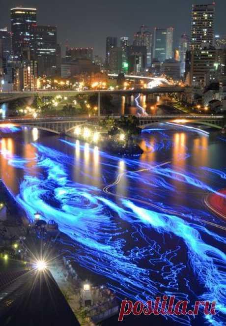 Осака, Япония. Подсвеченный LED светильниками, лёд на реке.
