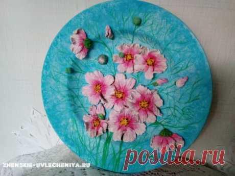 Цветочный декор тарелки из соленого теста