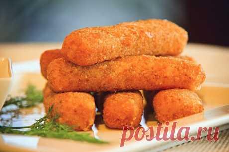 Сырные палочки - это сытная и вкусная закуска, которую обожают взрослые и дети. Готовится легко и быстро.