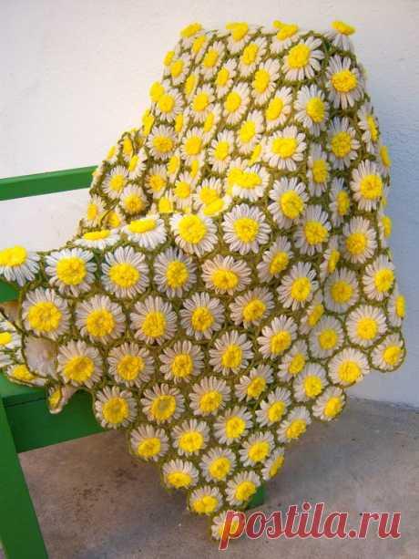 Ромашковый луг. Вяжем цветочный плед   Чтобы изготовить целый плед, возьмите такие материалы и инструменты:  - пряжу одинаковой толщины (лучше всего – полушерсть, она прочная и слегка эластичная) желтого, зеленого и белого цветов, - ножн…