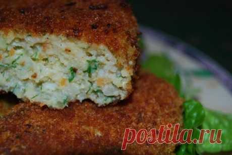 Рыбно-овощные котлеты Вкусно, быстро, сытно и можно есть не только в пост!  Ингредиенты: Капуста 100 граммов Морковь 1 штука Репчатый лук 1 штука Чеснок 1 зубчик хлопья геркулес 1 столовая ложка Филе рыбы 500 граммов Масло для жарки по вкусу Сухари панировочные по вкусу  Филе рыбы вымыть, обсушить и пропустить через мясорубку или измельчить в блендере. Так же подготовить капусту. Чеснок очистить и пропустить через пресс или мелко нарезать. Зелень и лук мелко нарезать. Морк...