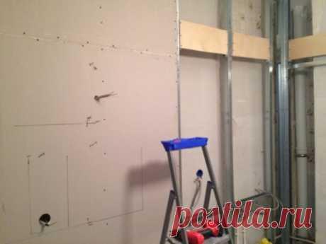 Ремонт квартиры. Как повесить что-то тяжелое на стену из ГКЛ   Отделка Ремонт Интерьер В наше время очень многие люди делают у себя в квартирах стены из гипсокартона. Многие считают такие стены ненадежными и не решаются повесить на них что-либо тяжелое. А зря! Стены из гипсокартона – это не только простота монтажа и ровность поверхности. На такую стену запросто можно повесить довольно тяжелую вещь. Телевизор, зеркало, тяжелые полки, детскую лесенку, все, что угодно. Есть несколько способов.