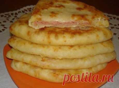 Сырные лепешки за 15 минут  Получаются очень сочные и хрустящие  Ингредиенты:  Кефир — 1 стак. Соль — 0,5 ч. л. Сахар — 0,5 ч. л. Сода — 0,5 ч. л. Сыр твердый (тертый) — 2 стакана (250гр на тесто и 100гр в начинку) Ветчина (или колбаска, или сосиски, тертые на терке) — 2 стак. (примерно 350-400 гр в начинку) Мука — 2 стак.  Приготовление:  1. В кефир добавить соль, сахар, соду, хорошо перемешать. 2. Добавить сыр твердых сортов и муку.Хорошо перемешать. 3. Полученное тесто ...