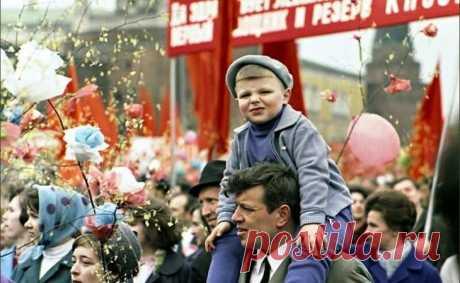 Как отмечали первомай в СССР? Помните, каким был первомай в СССР? 1 мая, демонстрация, вы сидите у папы на плечах, на руку привязана охапка красных шариков, и впереди – прекрасный день …Советский первомай 1 мая в СССР отмечалось ш...
