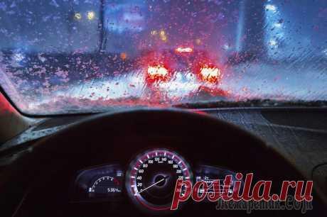 Как ездить в дождь — 7 правил. Этому не учат в автошколах Ехать по мокрой дороге так же, как по сухой, нельзя. Надо менять тактику. Конечно, хороший инструктор если и не научит, как ездить в дождь, то хотя бы подскажет, как не ездить.А что делать, если вам ...