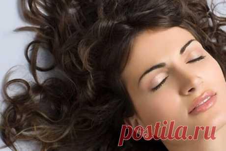 Уникальный секрет красоты: маски для волос с коньяком Итак, маски для волос с коньяком отличаются тем, что данный алкогольный напиток обладает свойством провоцирования быстрого роста волос. И не только его. Специалистами доказано, что коньяк – прекрасный помощник в питании и укреплении волосяного покрова в целом. Также он отлично улучшает кровяное обращение в коже на голове, чем способствует активному снабжению волос полезными минералами и витаминами. По этой причине есть ...