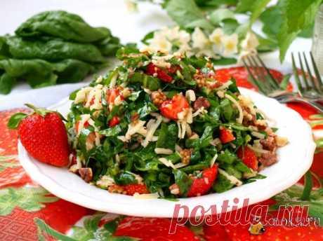 Салат из шпината и клубники с сыром Предлагаю ещё один вкусный салат из шпината и клубники с сыром. Готовила этот салат на днях себе на завтрак, очень необычно, но вкусно!