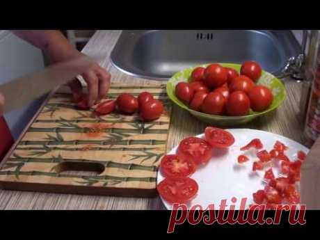 El helamiento de los tomates para el invierno y su uso en la preparación de María Smolnikovoy.