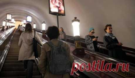 Вопрос на засыпку: почему поручни в метро едут быстрее эскалатора? Каждый человек, который хотя бы раз был в метро, наверняка обращал внимание на то, что поручень эскалатора движется со скоростью, отличной от скорости