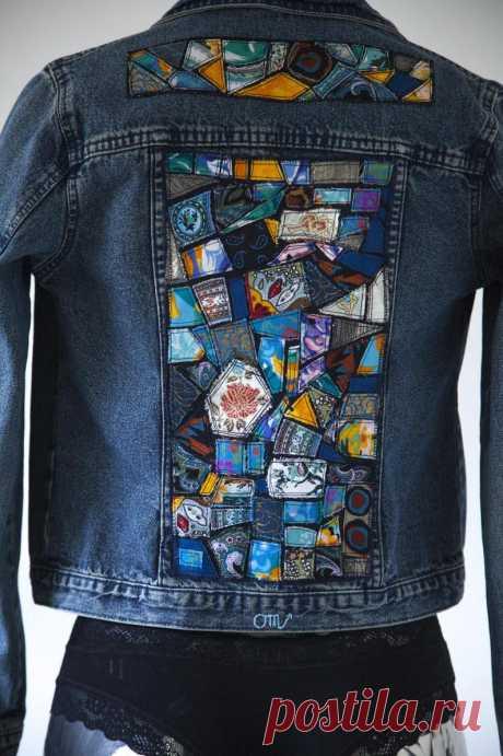 Джинсовая куртка с мозаикой из ткани.