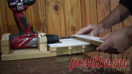 Горизонтальный сверлильный станок из шуруповерта Если нужно максимально точно просверлить горизонтальные отверстия в деревянной заготовке (фанере или доске), можно использовать для этого самодельный