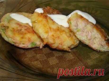 Биточки  Ингредиенты: - 4 шт вареного картофеля - 100 г твердого сыра - 150 г ветчины - лук зеленый - соль (если нужно) - перец - 2 яйца - 1 столовая ложка муки  Картофель, сыр и колбасу натереть на терке. Добавить яйца, лук зеленый, поперчить и если нужно посолить.  Добавить муку и все хорошо перемешать.  Обвалять в муке, сделать в виде биточков и пожарить их на сковороде.  Подаем, полив сметаной.