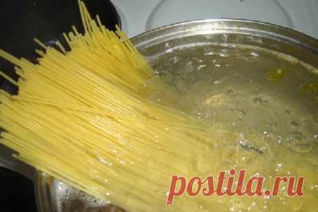 Как правильно варить макароны? Хоть макароны и считаются классическим итальянским блюдом, они прочно вошли в рацион многих людей. В разных странах из макарон готовят всевозможные блюда, они присутствуют в меню ресторанов. И способо…