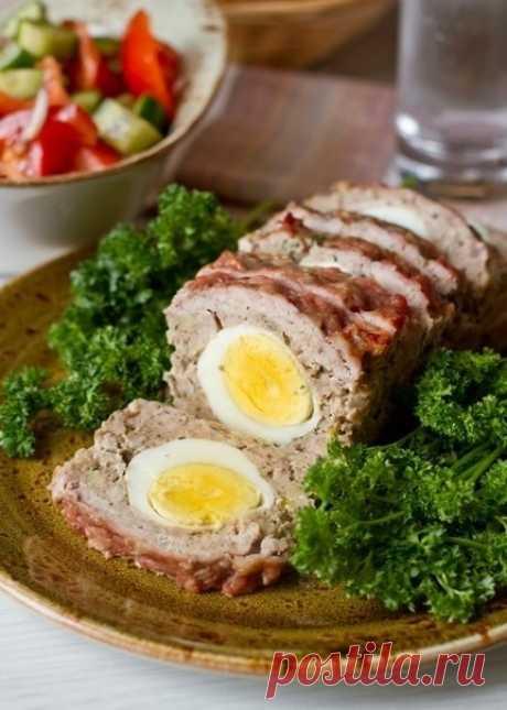 Мясной рулет с вареными яйцами.