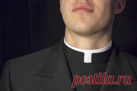 Зачем католические священники носят белый «ошейник»