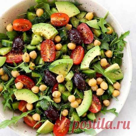 Салат с нутом, оливками и авокадо