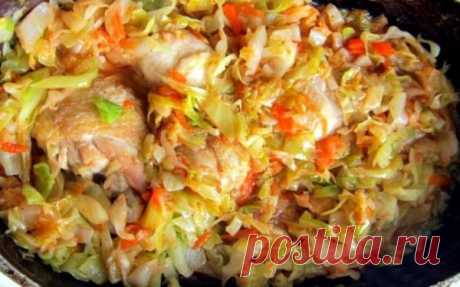 Очень сочная и нежная тушеная капуста с курицей. Потрясающий вкус!  Ингредиенты: Капуста — 600 гр.Куриная грудка — 200 гр.Морковь — 1 шт.Лук — 1 шт.Соль и перец по вкусуТоматная паста — 2 ст ложки Приготовление:  Свежую капусту нашинковать соломкой. Курицу порезать к…
