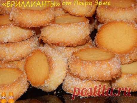 """Las galletas estupendas de un gran pastelero francés de Pera Erme...\u000d\u000aQue cruje por afuera, tierno y friable adentro... ¡Se deshace en la boca simplemente!  \u000d\u000aLa mantequilla ablandada (230) triturar con el polvo de azúcar (100) hasta la homogeneidad, añadir 1\/4 ch.lozhki las sales, 0.5 ch.lozhki del extracto de vainilla (he añadido 1 g de la vanillina), introducir el tormento cernido (330). Rápidamente amasar suave testo, habiéndolo recogido en la bola.\u000d\u000aDividir testo en 3 partes, arrollar de cada parte """"колбаску"""",диаметром 2-3 cm, envolveré..."""