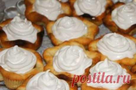 Готовим деткам  Готовим деткам Песочное пирожное с кремом.Список продуктов-Масло сливочное или маргарин (размягченный) - 200 г-Сахар - 1 стакан-Яйца - 2 шт.-Сода (гашеная) - 1/3 ч. л.-Ванилин - 1 пакетик (1,5 г)-Мук…