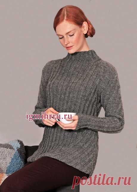 El pulóver caliente gris vinculado por las gomas en las direcciones diferentes. La labor de punto por los rayos