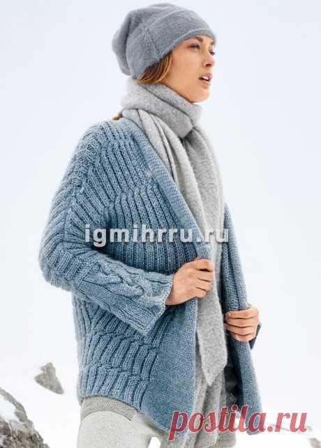 Рельефный теплый серо-голубой кардиган без застежки. Вязание спицами