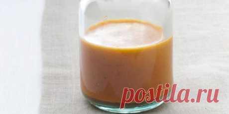 Как сделать итальянскую заправку для салата? =     2 зубчика чеснока,     240 мл воды;     60 мл лимонного сока;     60 мл красного винного уксуса;     1 чайная ложка сахара;     ¾ чайной ложки соли;     ¾ чайной ложки паприки;     ¾ чайной ложки сушёного орегано;     ½ столовой ложки измельчённого репчатого лука;     ½ чайной ложки горчичного порошка;     ½ чайной ложки сушёного тимьяна;     180 мл оливкового масла.