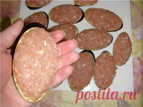 Жареные баклажаны «под мясом» Просто и вкусно     Ингредиенты: — два баклажана — фарш куриный — 0,5 кг — три яйца — лук репчатый — три зубчика чеснока — масло растительное — соль — перец — мука — ваши любимые специи Приготовление: Баклажаны нарез…
