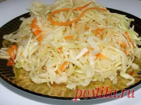 ТОП-5 РЕЦЕПТОВ КВАШЕНОЙ КАПУСТЫ  1. Капуста квашеная (классическая) ИНГРЕДИЕНТЫ:  На 3-4 кг капусты – 300-400 г морковки  Рассол: на 1 л воды – 2 ст. ложки соли 1-1,5 ст. ложки сахара ПРИГОТОВЛЕНИЕ: Капусту шинкуем, морковь натираем на крупной терке. Складываем все в эмалированную кастрюлю или в банки, но не до самого верха, оставляем несколько сантиметров незаполненными. Заливаем рассолом и ставим в теплое место.Рассол готовится очень просто – всыпаем соль в воду и помеши...