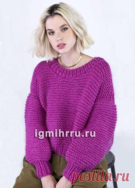 Малиновый пуловер простой крупной вязки. Вязание спицами