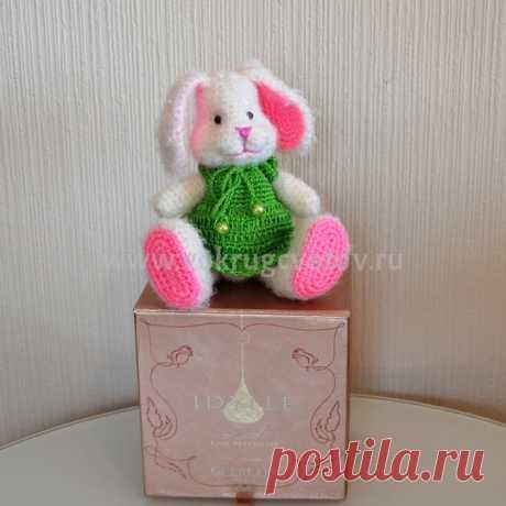Купить вязаную игрушку ручной работы зайку - интернет магазин «Вокруг цветов».