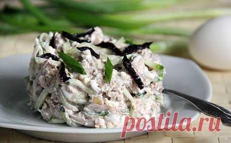 Аппетитный салат с курицей «Натали» — люблю его за все   Объедение!     Ингредиенты: куриные окорочка — 2 шт.чернослив — горстьяйца — 2 шт.свежий огурец — 1 шт.грецкие орехи — 1/2 стаканазелёный лукмайонез Приготовление: Отвариваем куриные окорочка до гот…